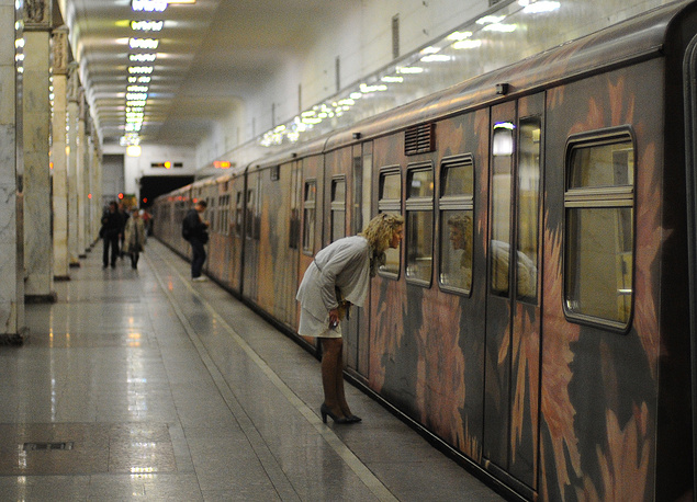 To mark its 77th anniversary in 2012, the Moscow metro launched the Aquarelle train with a new exposition from the State Tretyakov Gallery