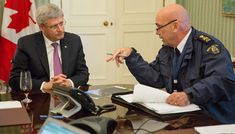 Photo: head of RCMP Bob Paulson briefs Canadian prime Minister Stephen Harper on the shootings at Parliament Hill in Ottawa, October 22, 2014