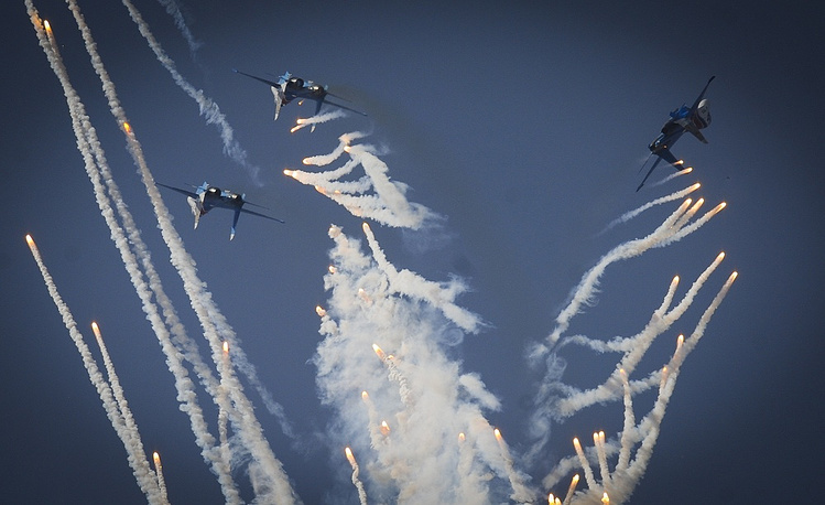 Five airplanes are usually in the sky during  aerobatic team's performances. Photo: Air Force Day in Lipetsk, 2014