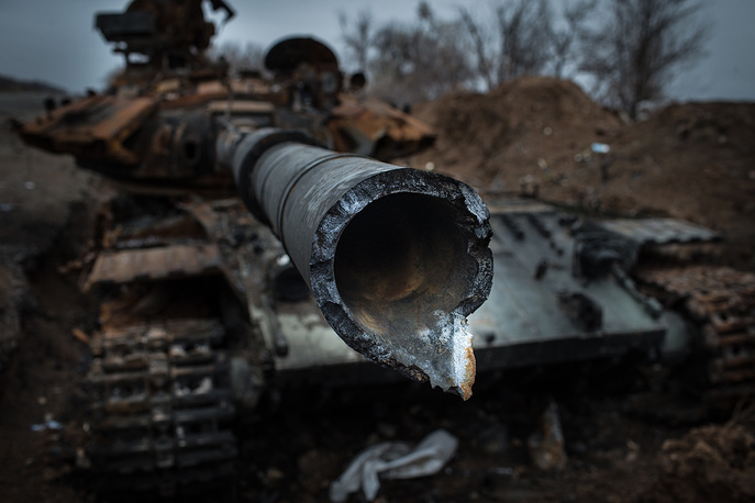 On September 19 in Minsk, the Trilateral Contact Group on Ukraine comprising representatives of Ukraine, Russia and the OSCE adopted a memorandum on implementing a ceasefire. Photo: A Ukrainian army tank near the village of Metallist
