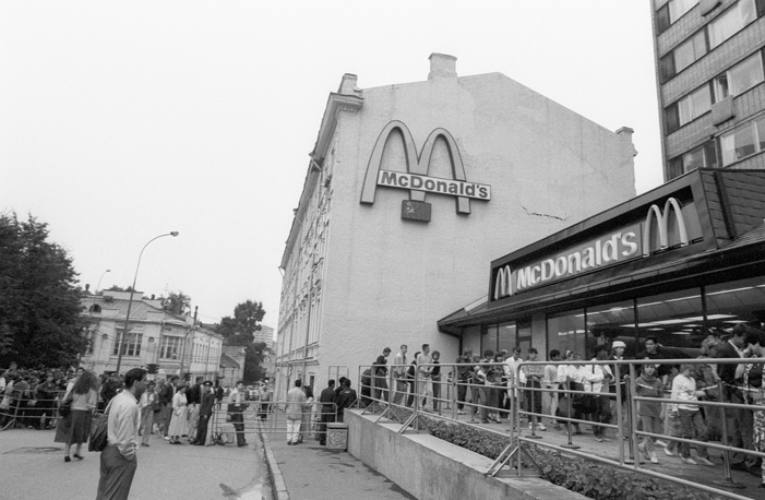 People queue up to the McDonald's on Pushkin Square in 1991