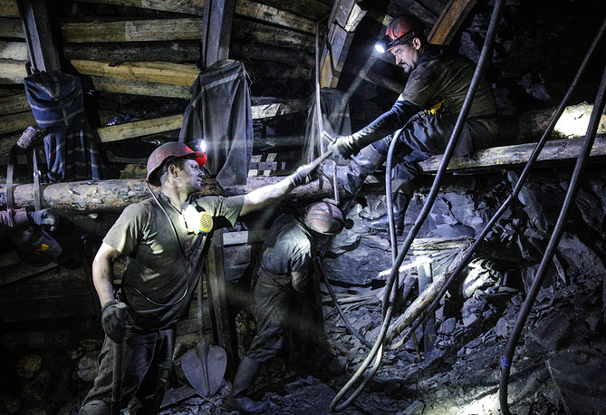 Kirov coal mine in Donetsk region was cut off power as a result of shelling. Photo: Workers in Kirov coal mine in Donetsk region