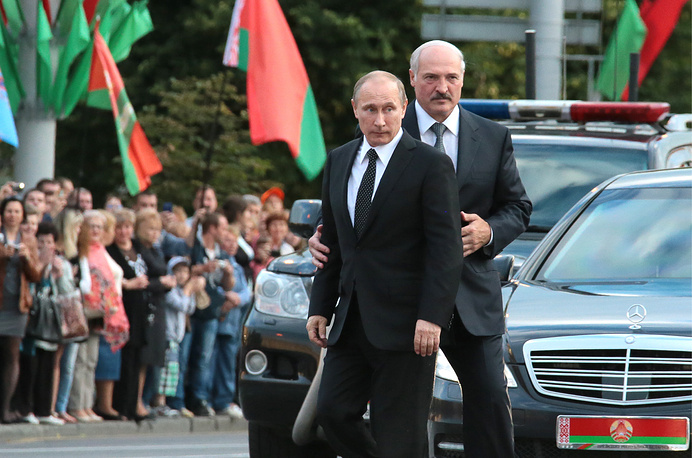 Russian and Belarusian Presidents Vladimir Putin (left) and Alexander Lukashenko head for the Victory Memorial in Minsk, the capital of Belarus, to take part in a wreath laying ceremony