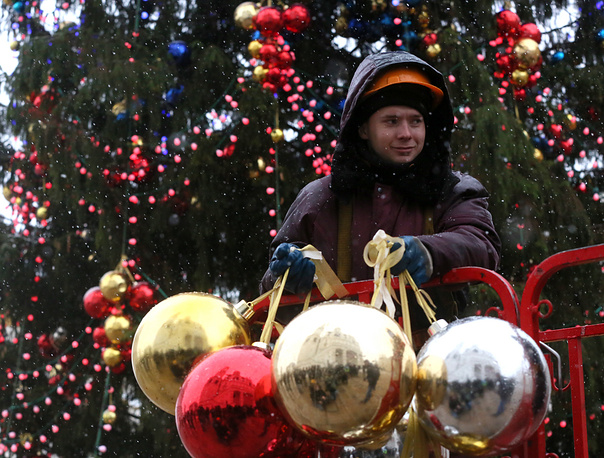 Photo: Kremlin's New Year tree being decorated