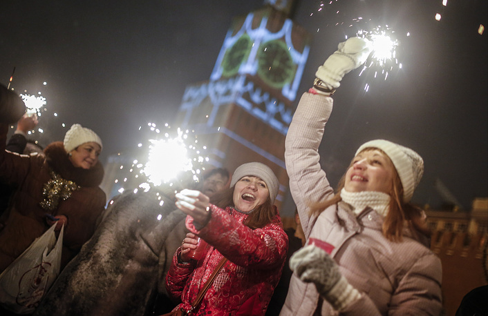 People light sparklers as they celebrate the New Year at the Red Square in Moscow, January 1, 2015