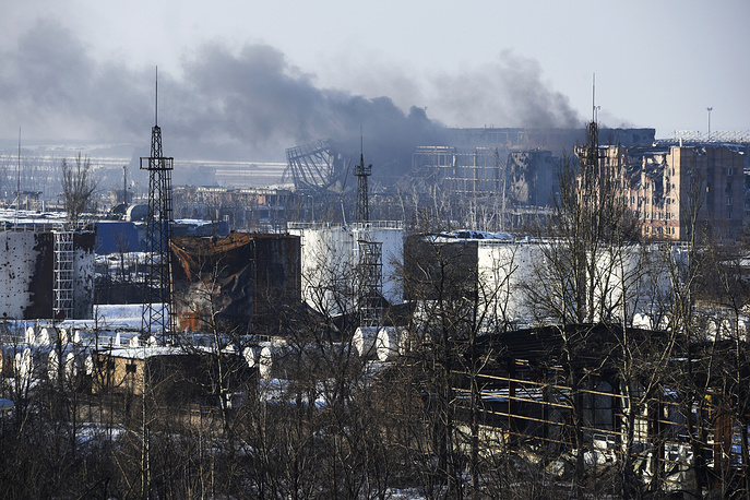 On December 17 and 18 Ukrainian troops tried to reconquer the Donetsk airport. Photo: Smoke rises over the new terminal of Donetsk airport in Eastern Ukraine, 15 January, 2015