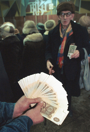 22 January 1991 Soviet President Mikhail Gorbachev signed the decree about the withdrawal of 50- and 100-ruble notes issued in 1961. Photo: People in the bank the next day after the decree