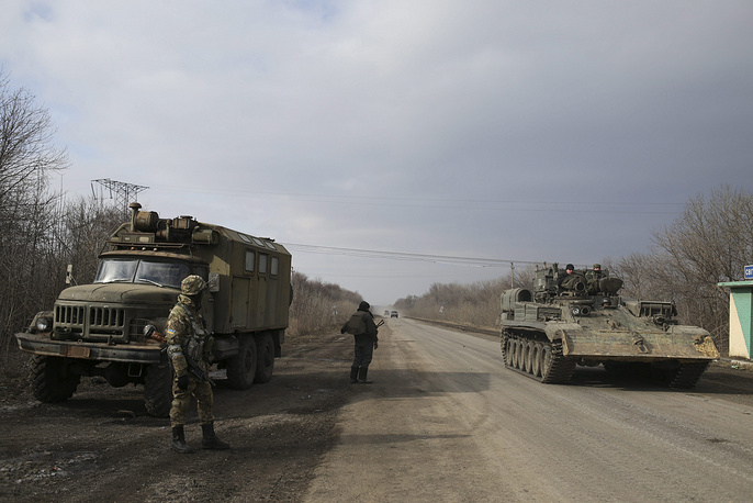 The Ukrainian armed forces and leadership of the self-proclaimed LPR and DPR seek to withdraw weapons from the contact line soon. Photo: Ukrainian servicemen standing at the checkpoint near Luhansk village not far of Debaltsevo, Donetsk area, Ukraine
