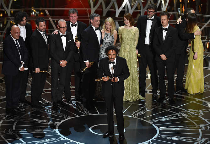 """""""Birdman"""" received Oscar for the best picture at 87th annual Academy Awards in Los Angeles. Photo: Alejandro G. Inarritu, center, and the cast and crew of the film accepting the award for the best picture"""