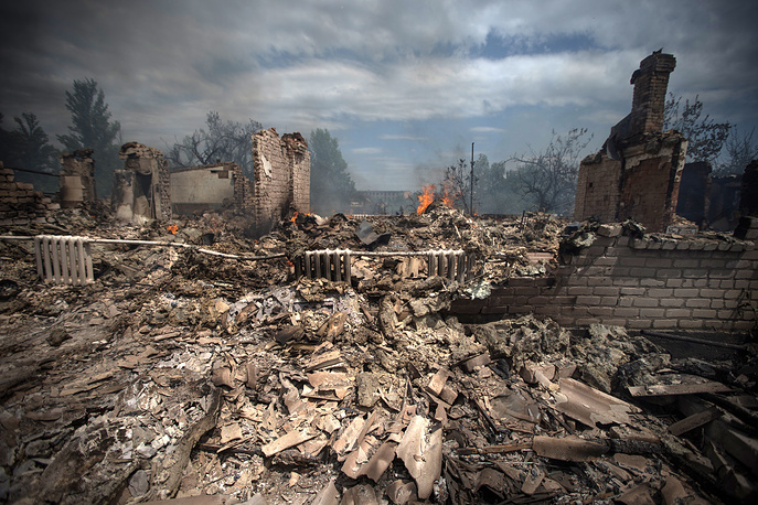 A house destroyed in an air strike carried out by Ukrainian armed forces on Stanitsa Luganskaya village, Luhansk region, July 2014