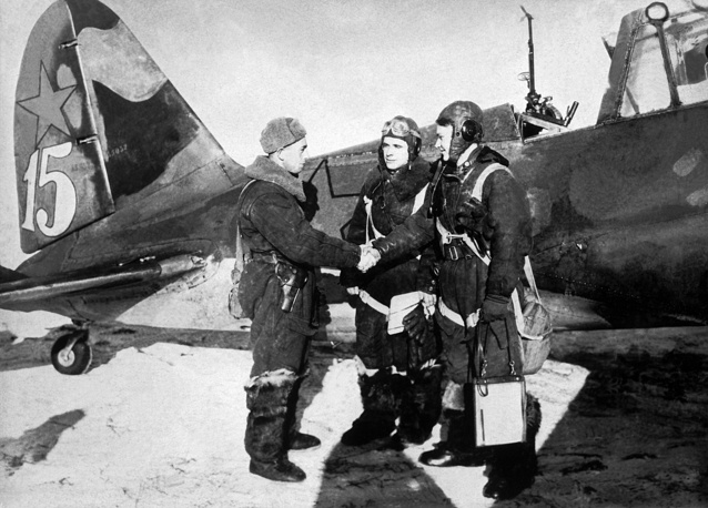 From 1939 to 1941 more than 800 Sukhoi Su-2 short-range bombers and its modifications Su-4 were built. Photo: Su-2 crew members, 1941