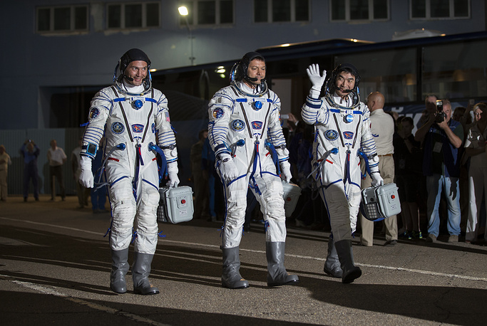 Initially, the crew of Expedition 44/45 was to start off on the space mission on May 26 but Roscosmos had to revise the date in the wake of a defaulted launch of the Progress M-27M cargo craft, which overshot the designated orbit and was lost eventually. Photo: US astronaut Kjell Lindgen, Russian cosmonaut Oleg Kononenko and Japan astronaut Kimiya Yui