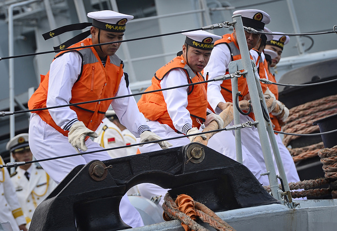 Sailors of the Chinese Taizhou destroyer