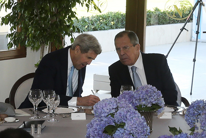 US Secretary of State John Kerry talking to Russian Foreign Minister Sergey Lavrov