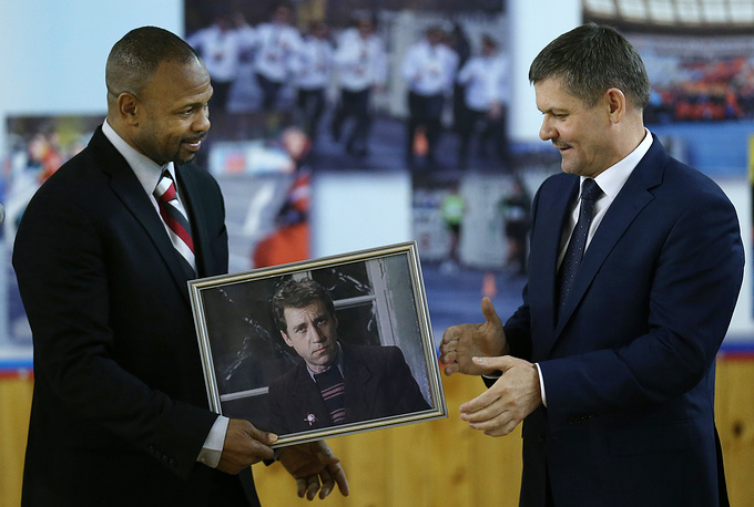 Roy Jones Jr presenting Moscow police chief Anatoly Yakunin a portrait of Gleb Zheglov, a brilliant police detective from the well-known Soviet film