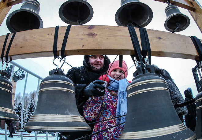 People ringing the bells on Moscow's Poklonnaya Hill