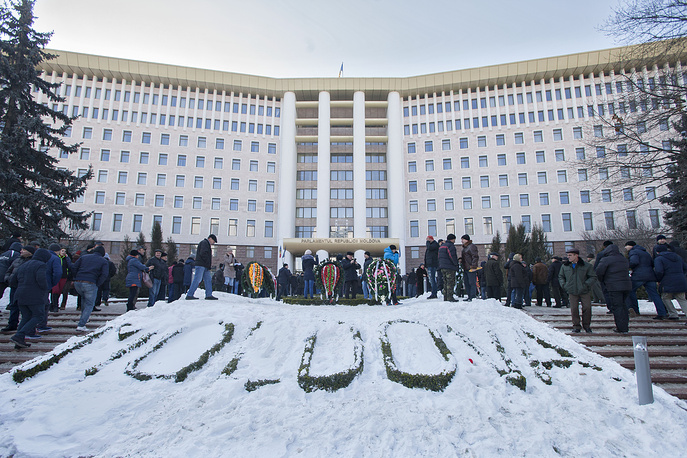 Thousands of supporters of the opposition Party of Socialists, Our Party and the Dignity and Truth (DA) civic platform staged a picket in front of the parliament building in Chisinau against the new government, asking for early parliamentary elections