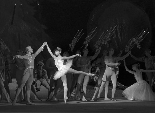 Scene from Tchaikovsky ballet The Nutcracker, performed by Ekaterina Maximova and Vladimir Maksimov, 1966