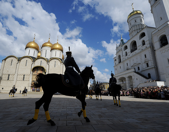 A change of the President's Regiment Ceremonial Honor Guard at Cathedral Square in Moscow's Kremlin