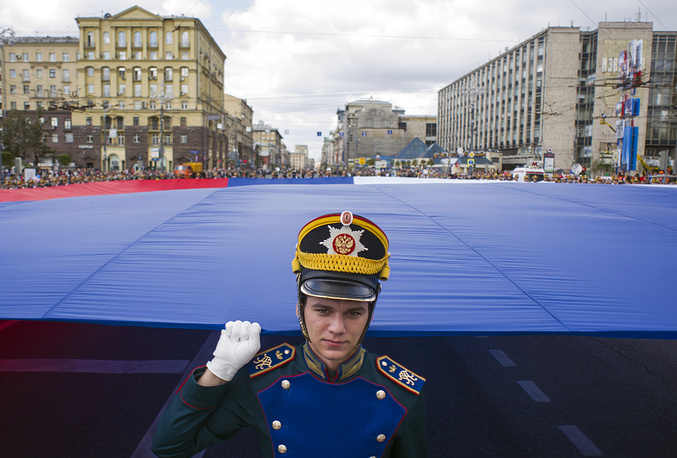 A member of the guard of honor of the presidential regiment holding a part of the national flag at the 7th International Military Music Festival Spasskaya Tower in Moscow