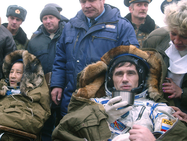 American astronaut Edward Lu and Yuri Malenchenko after landing near the town of Arkalyk in Kazakstan, 2003