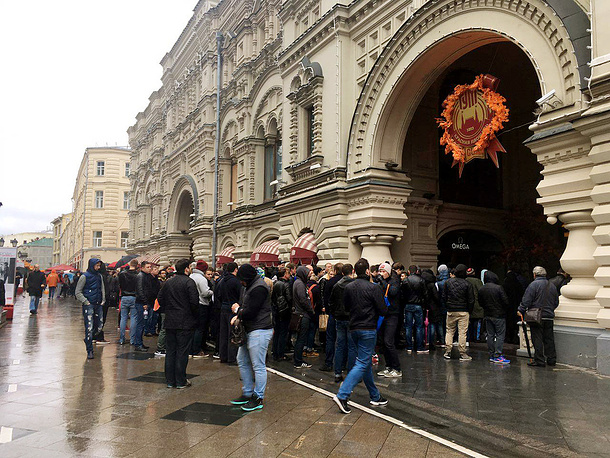 Citizens in Moscow queue up outside the GUM shopping center on Red Square as sales of iPhone 7 begin in Russia