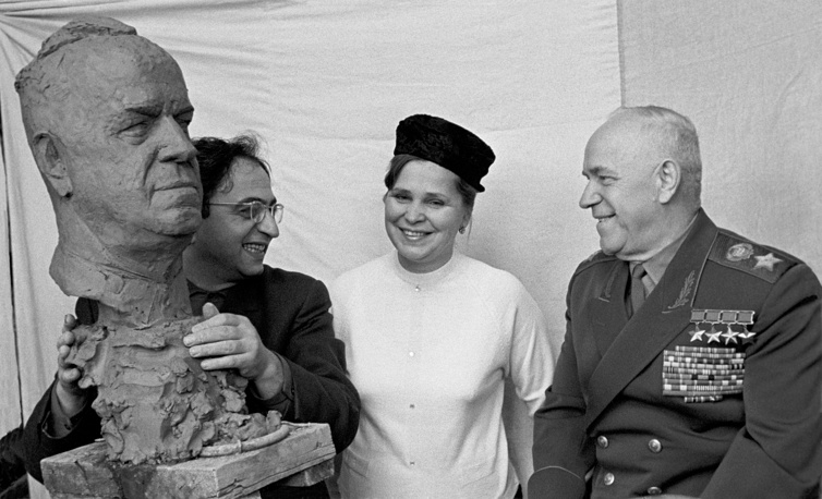 In 1957 Zhukov was forced out of the government, and then stayed away from politics. Photo: Georgy Zhukov and his wife Galina talking with sculptor Viktor Dumanyan, 1966