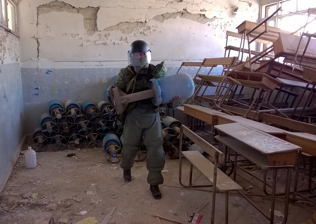 Russian sappers clear mines in schools and blocks of eastern Aleppo that used to be occupied by militants