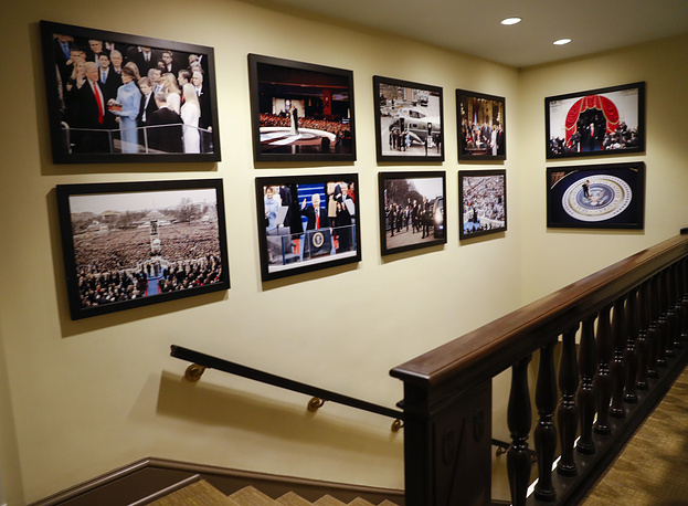 Recently, US President Donald Trump announced the reopenning of the White House public tours. Photo: Photos of President Donald Trump's inauguration are hung on the walls of corridors in the West Wing of the White House in Washington, 2017