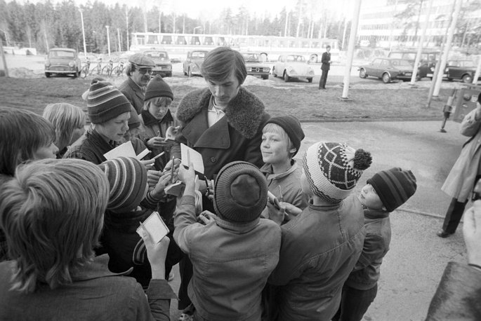 Vladislav Tretiak signs autographs for his young Finnish fans, 1974