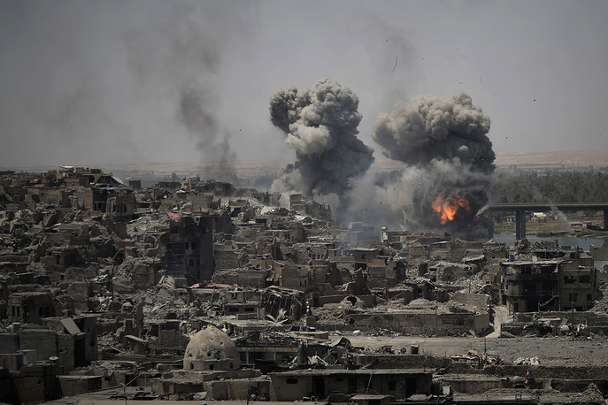 """Airstrikes target Islamic State positions on the edge of the Old City a day after Iraq's prime minister declared """"total victory"""" in Mosul, Iraq, July 11"""