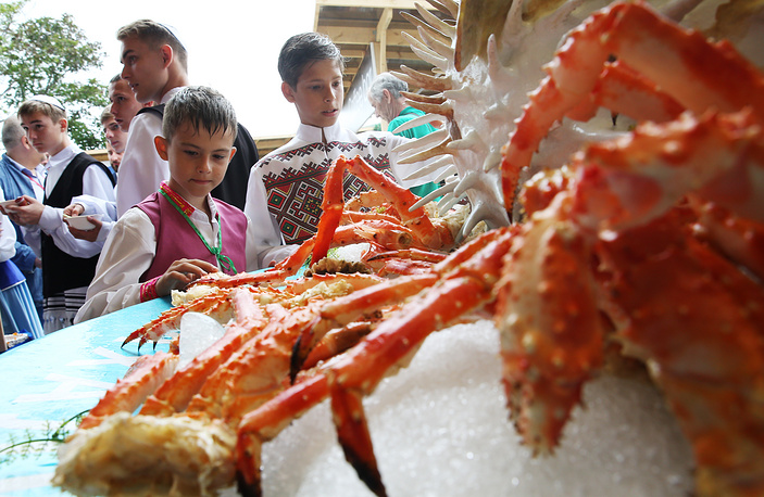People at a seafood market as part of the 2017 Eastern Economic Forum