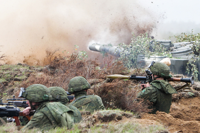 Servicemen take part in Zapad-2017 military exercises, at Borisovsky range