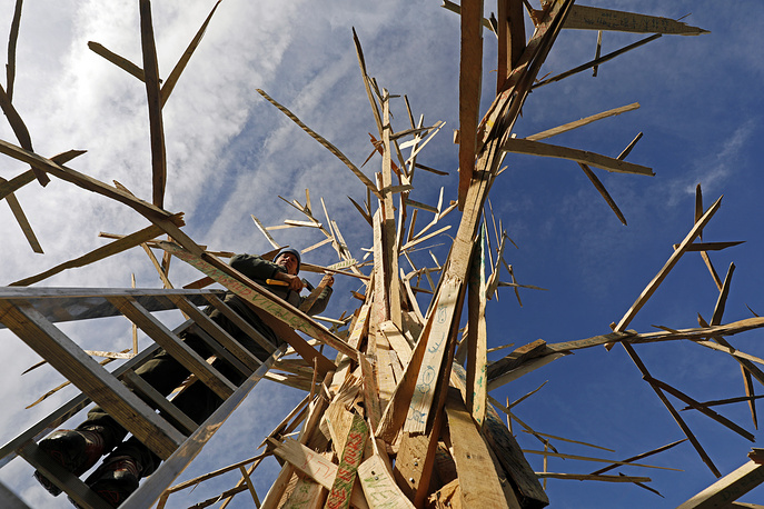 A craftsman adds parts to the sculpture 'Climate Tree' during the UN Climate Change Conference COP23 in Bonn, Germany, November 14