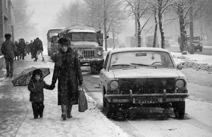 People walking along snow-covered Moscow streets, 1988