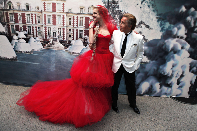 """Natalia Vodianova appeared on the covers of fashion magazines such as Vogue, Harper's Bazaar, Marie Claire and ELLE and took part in the advertising campaigns of such leading brands as Louis Vuitton, Pepe Jeans, Chanel, Gucci, Guerlain, etc. Photo: Natalia Vodianova and Valentino Garavani at the """"White Fairy Tale Love Ball"""" party at the Wideville castle in Paris"""