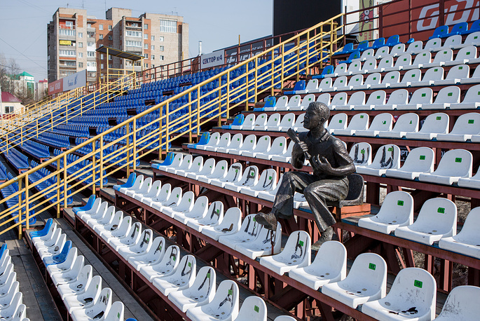 A monument to a fan at Trud Stadium in Tomsk