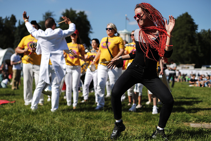 A girl dances during the 15th Usadba Jazz festival at the Arkhangelskoye Museum Estate, Moscow region, June 2
