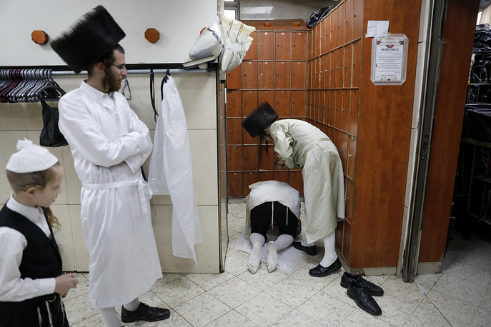 An ultra-Orthodox Jewish man whips another man with a leather strap as a symbolic punishment for their sins as they perform the traditional Malkot ceremony, a few hours before the start of Yom Kippur, the most solemn day in the Jewish calendar, in Jerusalem, September 18