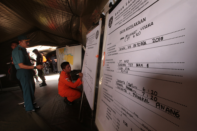 A member of an Indonesian rescue team conducting a briefing on handling the evacuation process of the plane crash victims at Tanjung Priok Harbour