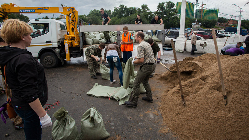 August 19. Volunteers erect embankments in downtown Khabarovsk. Photo Itar-Tass/ Dmitry Morgulis