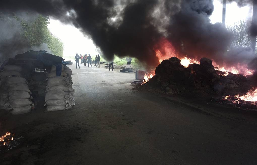 Burning tires at a checkpoint following an attack by Ukrainian troops outside Sloviansk AP Photo/Mika Velikovskiy