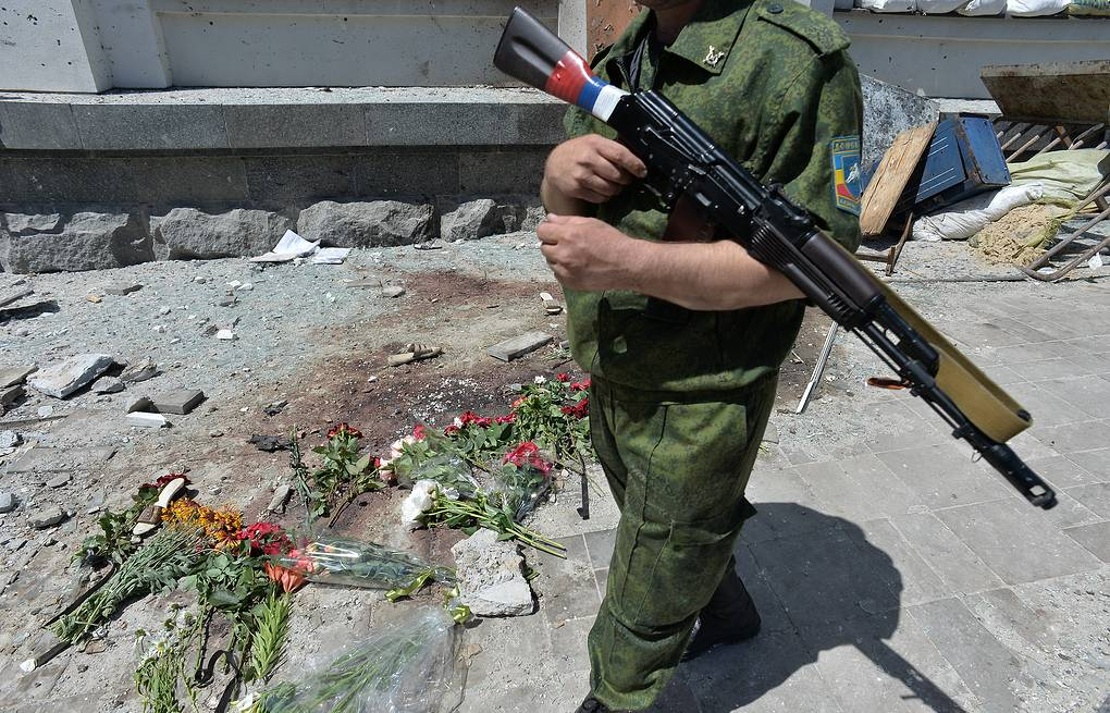Flowers at the regional administration building in Luhansk EPA/VALENTINA SVISTUNOVA
