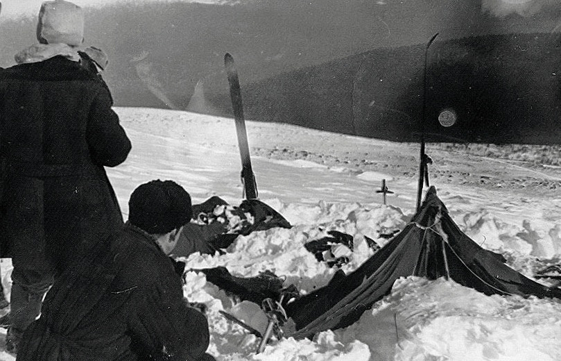 A view of the tent as the rescuers found it on February 26, 1959: the tent had been cut open from inside, and most of the skiers had fled in socks or barefoot wikipedia.org