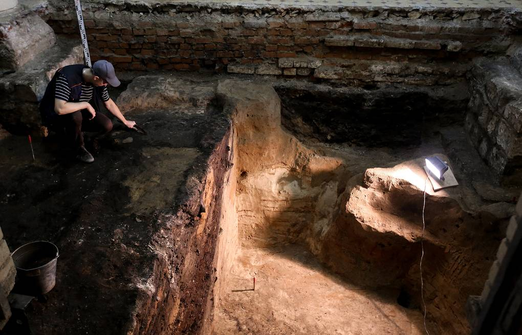An archaeologist seen during excavations in the downtown Moscow Anton Novoderezhkin/TASS