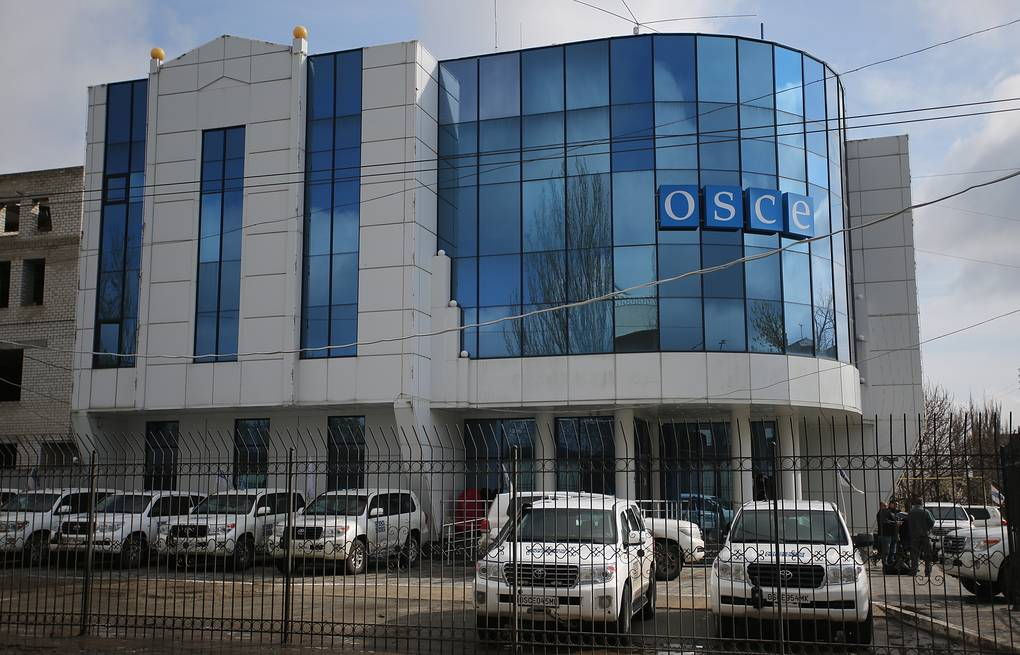 Patrol cars outside the OSCE (Organisation for Security and Cooperation in Europe) building in Lugansk  Alexander Kravchenko/TASS