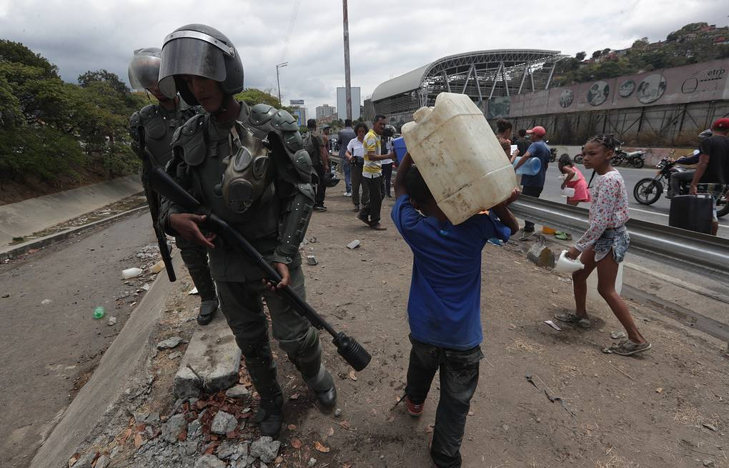 Members of the National Bolivarian Guard try disperse people trying to collect water in Caracas EPA-EFE/RAYNER PENA