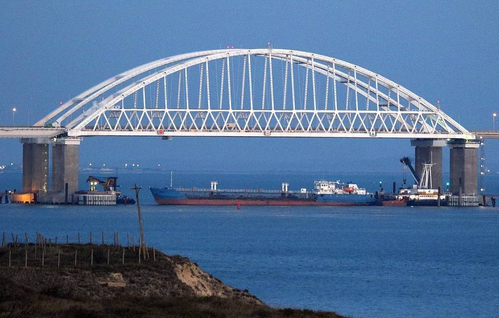 The blocked passage under the Crimean Bridge arch Alexei Pavlishak//TASS