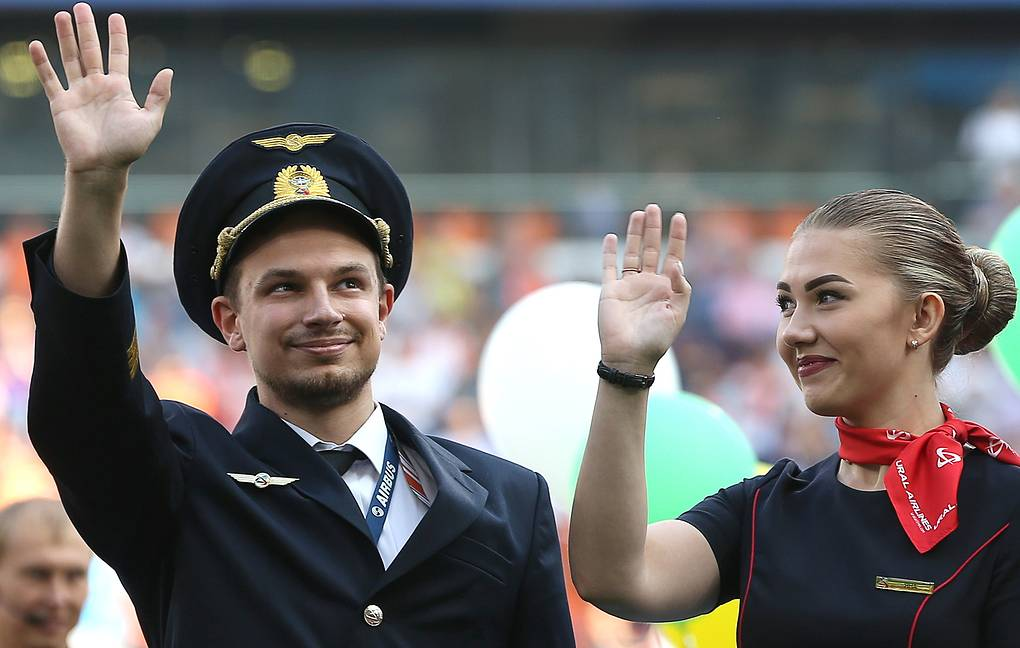 Ural Airlines' Airbus A321 co-pilot Georgy Murzin (L) and flight attendant Yana Yagodina during a football match in Yekaterinburg  Donat Sorokin/TASS