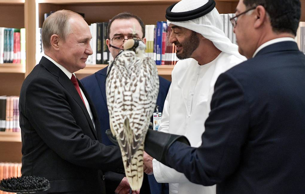 Russian President Vladimir Putin and Crown Prince of the Emirate of Abu Dhabi Mohammed bin Zayed al Nahyan, background, left to right  Alexei Nikolsky/Russian presidential press service/TASS